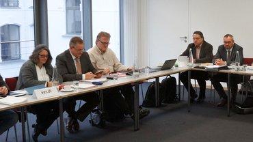 Die ver.di-Verhandlungsgruppe (von links): Jörg Lind (Hessen), Ulrike Heusser (Baden-Württemberg), Fitz Reitberger (Bayern), Thomas Schmidt (Niedersachsen), Hardy Liebrich (TS öD), Oliver Bandosz (TS öD), Onno Dannenberg (TS öD). Als Fotograf nicht im Bild: Frank Hollweg (NRW)