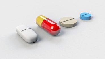 aufgereithe Pillen und Medikamente