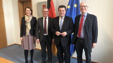 Das Bild zeigt den Bundesminister für Arbeit und Soziales Hubertus heil Staatssekretärin Leonie Gebers sowie die ver.di Vertreter Andreas Gallus und Stefan Adamski