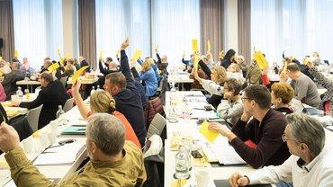 Die Mitglieder der Bundestarifkommission stimmen über die Forderungen ab