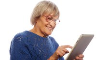 Ältere Frau amiPad