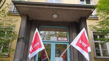 Streikende vor dem Staatstheater Saarbrücken