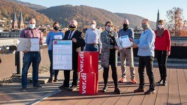 Ordnerweise übergab der Personalrat ver.di Unterschriften der Beschäftigten des LRA Rhein-Neckar.