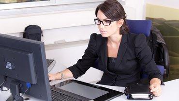 Eine Beamtin an ihrem Arbeitsplatz