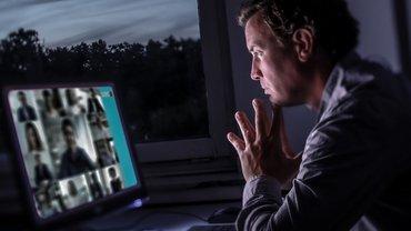 Ein Mann nimmt an einer Videokonferenz teil.